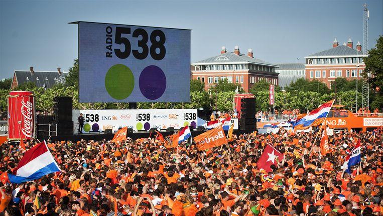 Oranjesupporters hebben zich in 2010 massaal verzameld op het Museumplein om de WK-finale tussen Nederland en Spanje te kijken op grote televisieschermen. Beeld ANP