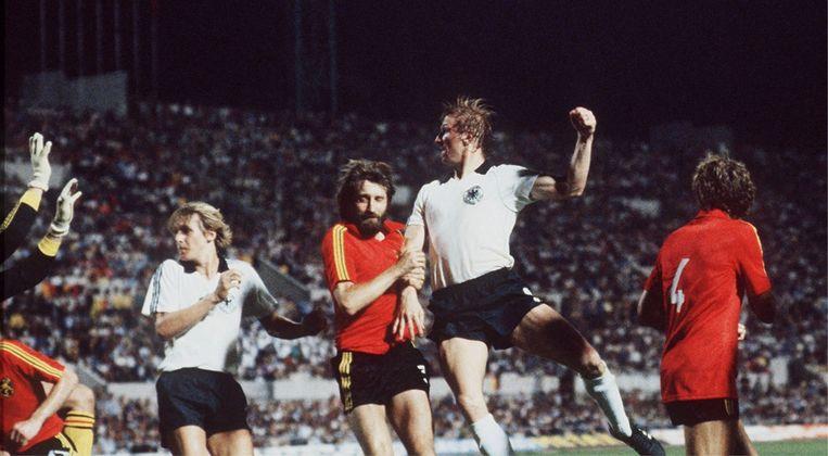 Horst Hrubesch scoort in de 88ste minuut het winnende doelpunt voor West-Duitsland. Beeld
