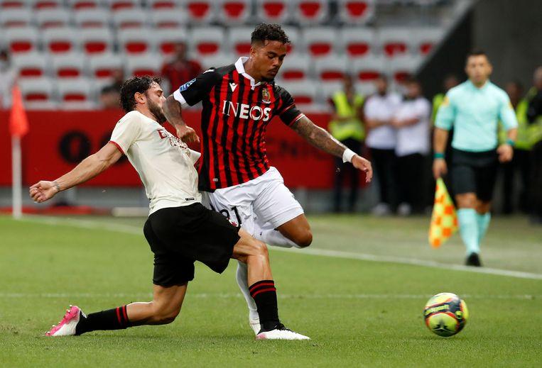 Kluivert gaat een duel aan in een oefenwedstrijd tegen AC Milan. Beeld EPA
