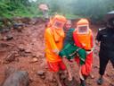 Een oudere vrouw in Satara, in de westelijke Indiase deelstaat Maharashtra, wordt geëvacueerd door reddingswerkers.