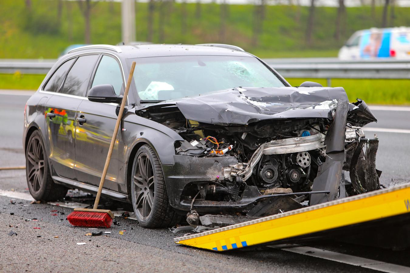 Bij een kop-staartbotsing raakten een bedrijfswagen en een personenauto zwaar beschadigd.