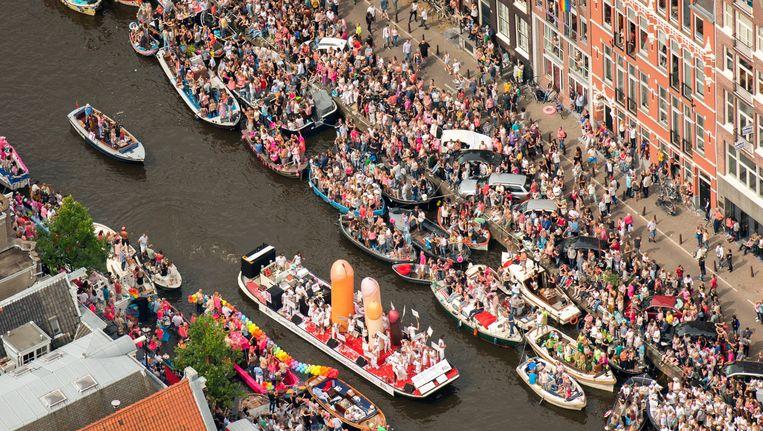 Een volle Prinsengracht tijdens de Canal Parade. Beeld anp