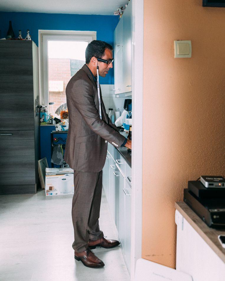 Jeroen Perk in zijn keuken met het nieuwste model van Orcam, een Israëlische concurrent.  Beeld Rebecca Fertinel