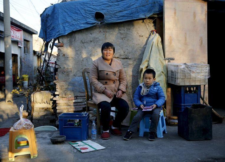 Huang Feng poseert in Peking poseert met haar kleinzoon, voor wie zij zorgt. Huang is blij dat haar zoon nog een kind mag krijgen. Beeld ap