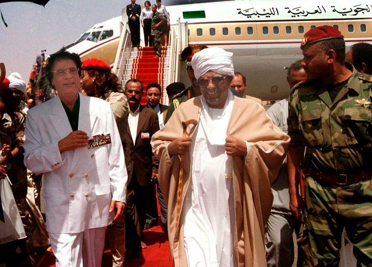 Moammar Gadhafi wordt begroet door Omar El-Bashir, voorafgaand aan zijn tweedaagse bezoek aan Sudan in 2001. Beeld AP