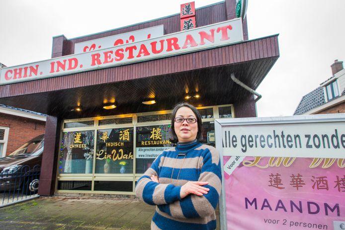 Hong Mei voor haar Chinees Indisch Restaurant Lin Wah aan de Eerste Stationsstraat.