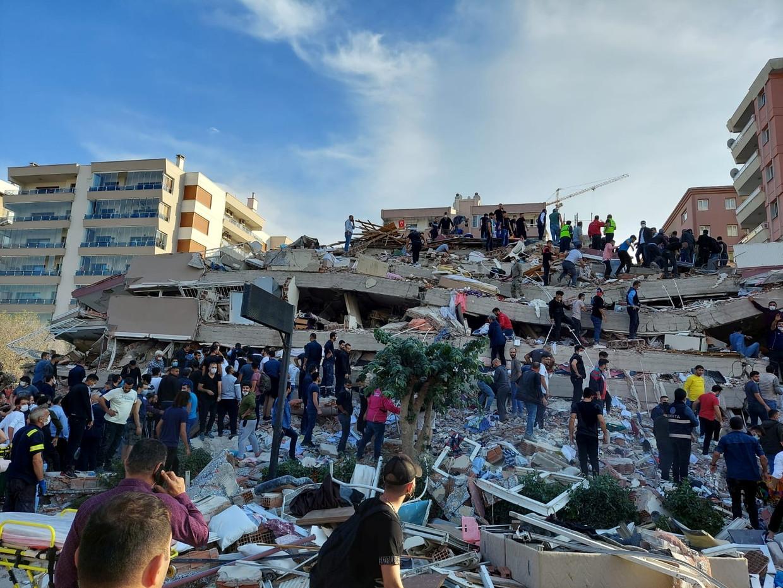 In de Turkse stad Izmir zijn verschillende gebouwen ingestort.