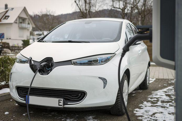 Een Renault ZOE op een koude winterochtend.