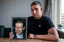 Youness van Bruggen in februari 2019, met een foto van zijn vader. Die leed aan dezelfde ziekte.