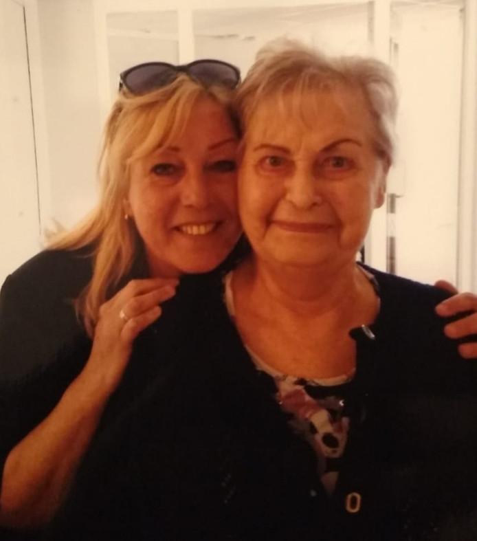 Jeanet IJzendoorn met haar moeder Levina.