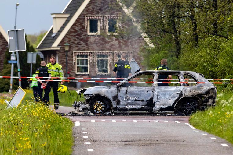 De uitgebrande vluchtauto van de overvallers van Schöne Edelmetal, in een weiland bij Broek in Waterland. Beeld Michel van Bergen/ANP