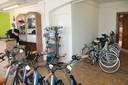 Frederiek in zijn nieuwe fietsenzaak Frevelo langs de Rijksweg in Izegem.