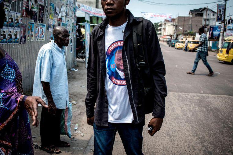 Een man draagt een T-shirt met de beeltenis van Emmanuel Ramazani Shadary, door Joseph Kabila aangewezen als diens gewenste opvolger. Beeld AFP
