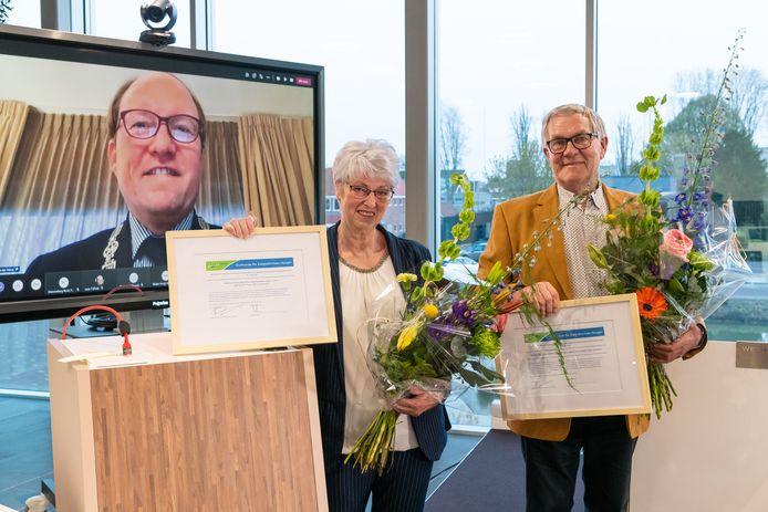 Het echtpaar Elbert Vissers en Wilma Vissers-Hubers is dinsdag 20 april 2021 onderscheiden met 'De Zwijndrechtse Heugel'. Burgemeester Hein van der Loo reikte namens het gemeentebestuur van Zwijndrecht de gemeentelijke onderscheiding uit aan het verraste echtpaar, dat naar Brabant verhuist.