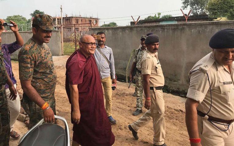 Bhante Shanghpriya Sujoy (midden) wordt meegenomen door de politie.
