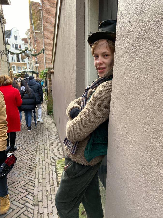 """Bedelen die je met trucjes, weet Julian van Caspel (14). Hij doet al jaren mee. ,,Geef me 50 cent en ik vertel je je eerstvolgende fout"""", troggelt hij met een lach mensen geld af."""