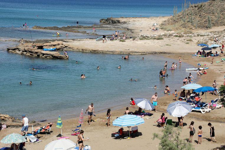 Toeristen aan de Protaras Bay aan de zuidoostelijke kust in Cyprus. Beeld EPA