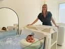 Gaëlle De Groote bij een van de badjes waar de baby's, zoals ons dochtertje, een sessie hydrotherapie kunnen meemaken.