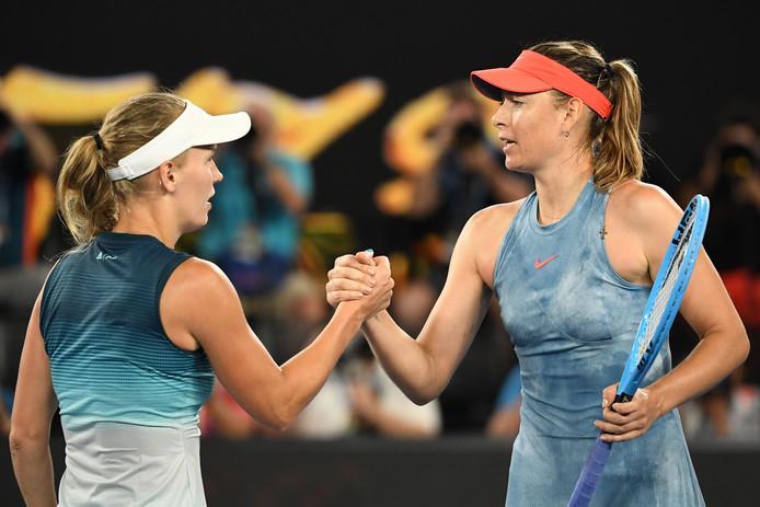 Maria Sjarapova (r) en Caroline Wozniacki na hun enerverende partij.