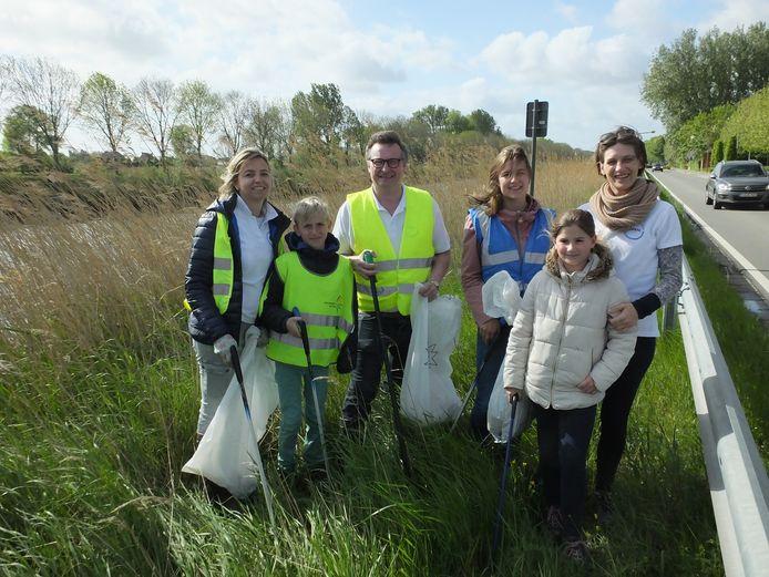 De leden van Open Deinze met enkele jonge helpers aan Vaart Links.