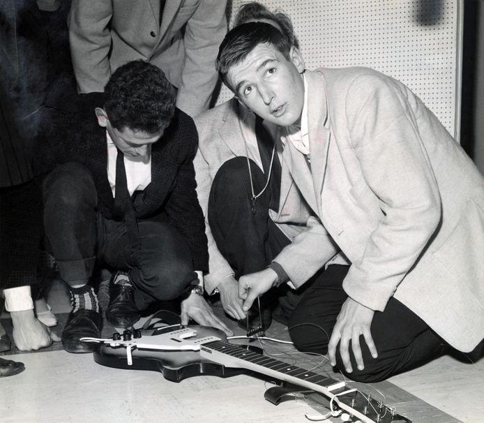 Peter Koelewijn tijdens de opnames van 'Kom van dat dak af' in 1959. Foto uit 'Peer', zijn autobiografie door Tjerk Lammers.