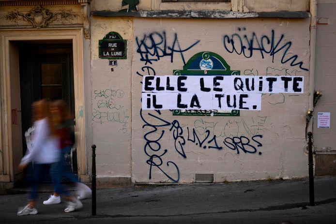 Een tekst op een muur in Parijs: 'zij verlaat hem, hij doodt haar', die huiselijk geweld of partnergeweld aan de kaak stelt. Archiefbeeld.