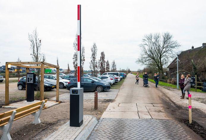 Op de parkeerplaats van Natuurmonumenten aan de Thematerweg moet binnenkort betaald worden.