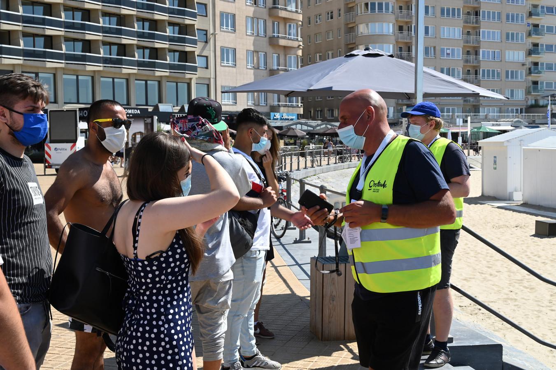 Het beachteam van Oostende controleert of mensen zich hebben aangemeld voor het strand, om het volk te spreiden.