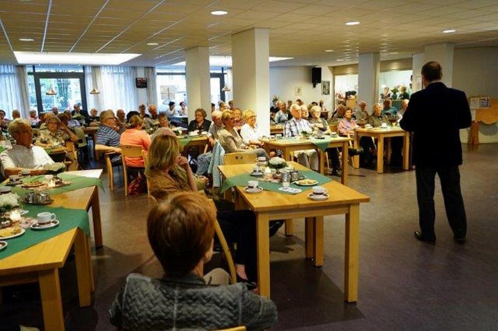 Grote drukte bij het  Alzheimer Café Tilburg. Foto Carla Janssens