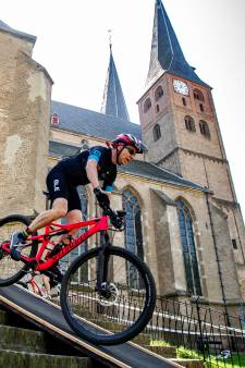 Zomerse temperaturen teisteren fietsers tijdens vierde Ronde van Vedett in Deventer