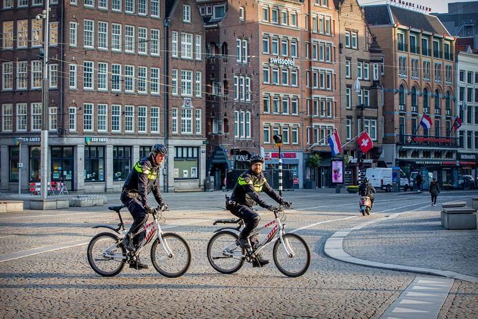 Politiepatrouilles in lege straten, opgeschorte burgerrechten en dwingende adviezen van de overheid. Volgens experts voelt het als een oorlogssituatie.