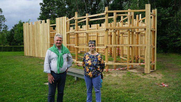 Schepen Hugo Maes en Nine Van Hoyweghen van Natuurpunt Scousele bij de houten speelburcht die momenteel wordt heropgebouwd.