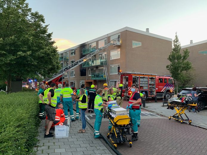 De brandweer haalt bewoners van het complex met een hoogwerker naar beneden. Ze zijn opgevangen in multifunctioneel centrum De Combinatie aan het Pablo Picassoplein.
