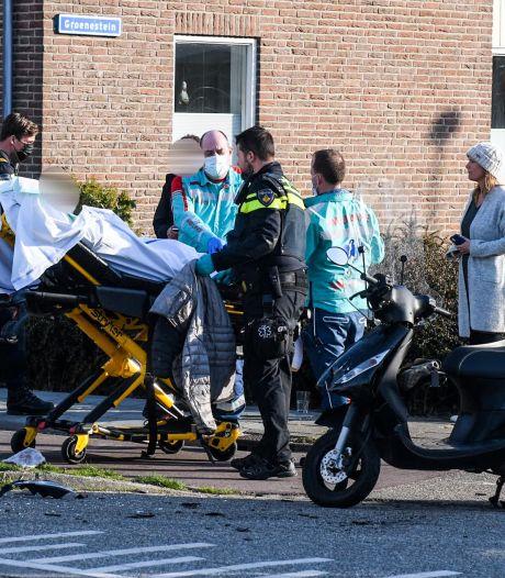 Scooterrijder knalt tegen bestelbus en raakt gewond
