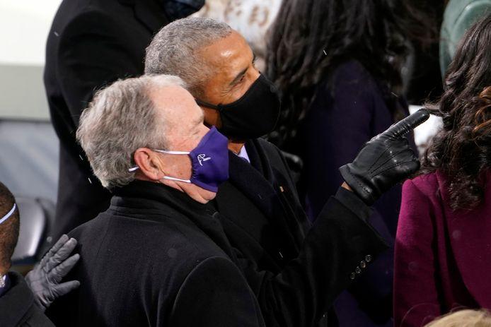 De voormalige presidenten Barack Obama en George W. Bush voelen zich schijnbaar op hun gemak in elkaars nabijheid.