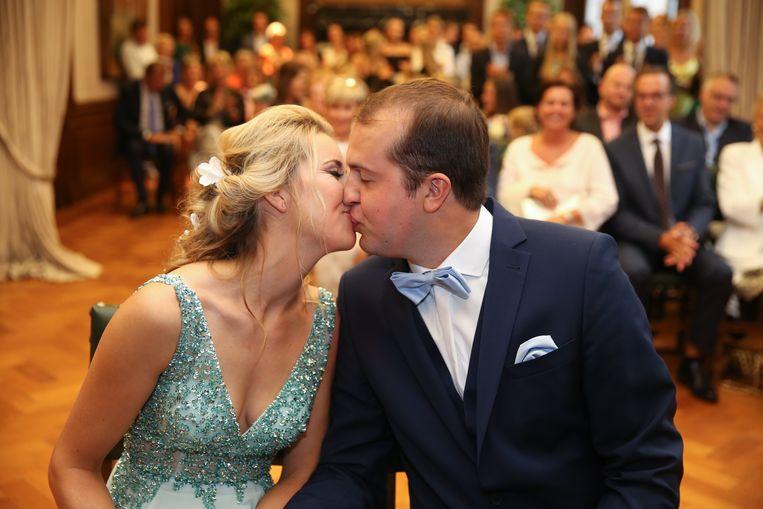 Charline en Dieter bezegelen hun jawoord met een kus.