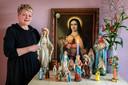 Colette van der Veer met haar verzameling mariabeelden.