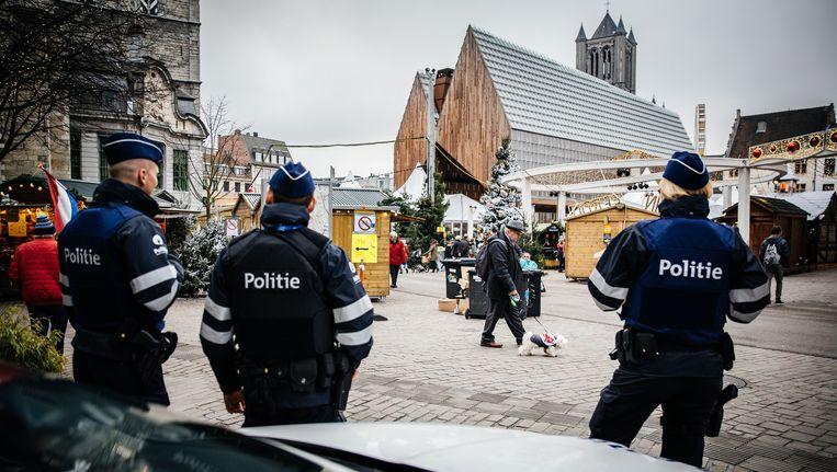 De Gentse politie op de kerstmarkt. Het korps kwam onder vuur te liggen na een incident met acteur Zouzou Ben Chikha. Beeld Wouter Van Vooren