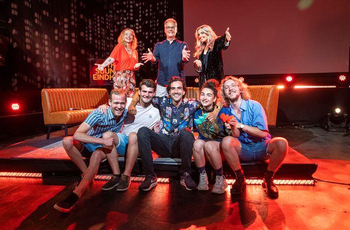 De winnaars van The sound of Eindhoven zittend de drie van links  Hangmat won de publieksprijs. Zittend de twee rechts Jasmijn van den Hoogen en Joris Pennings. Achter de winnaars staat de jury, vlnr Anneke van Giersbergen,  Jos Feijen en Candy Dulfer.