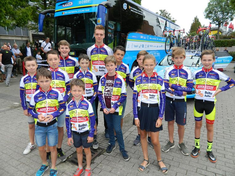 De groep van KVC Meetjesland uit Knesselare mocht zelfs binnen in enkele ploegbussen.