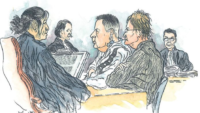 De ouders van het meisje tijdens de zitting. De vrouw is inmiddels op vrije voeten.