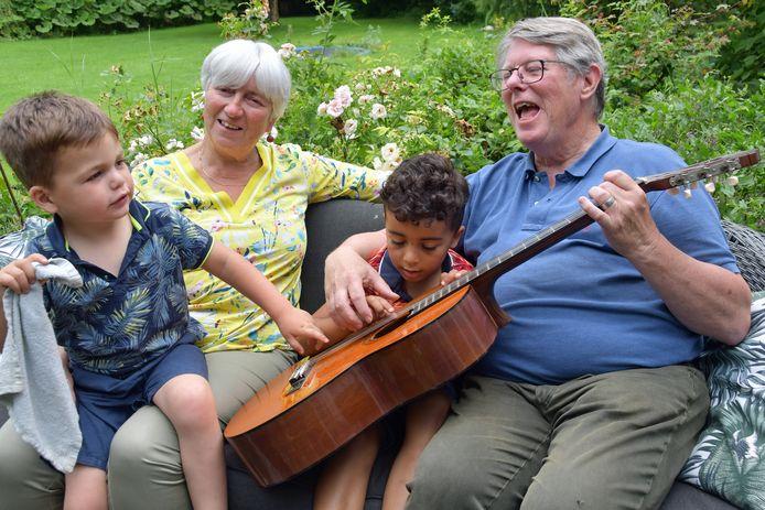 Christiane de Milliano en Bert Schulte zingen samen met kleinzonen Adam (r) en Diego Zeeuwse kinderliedjes.