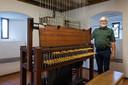 Jan Buil bij de oudste klok 1741 die onderdeel is van het carillon van de Sint Servatiuskerk in Schijndel.