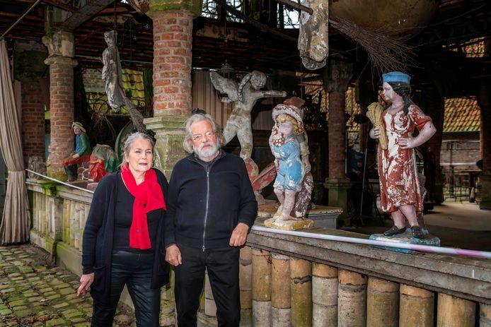 Marcel en Angèle van Riel voor hun 9 meter hoog 'tuinsieraad', dat van de gemeente Oisterwijk maar 3 meter hoog mag zijn.