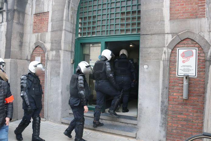 De politie kwam massaal ter plaatse om de rust te laten weerkeren.