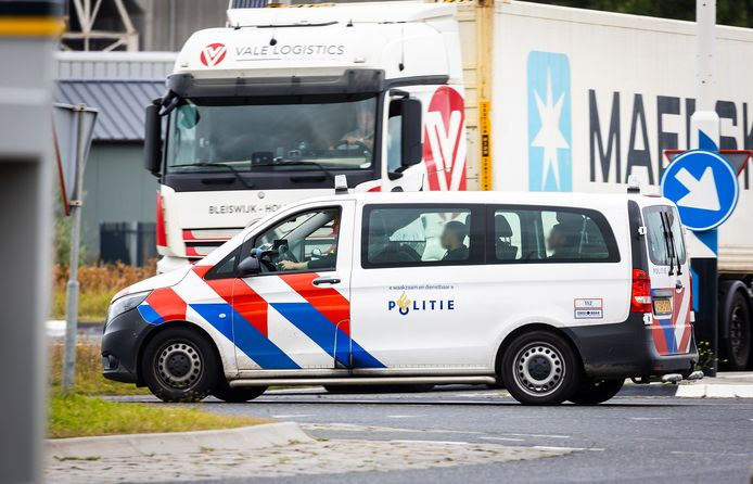 In Rotterdam zijn in een container negen mensen aangetroffen. Ze zijn allemaal aangehouden.