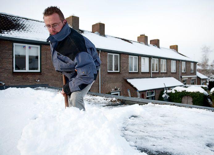 Je kunt de sneeuw zelf van het platte dak scheppen als je je zorgen maakt. Maar bij lekkage onder een schuin pannendak is het advies: gewoon even afwachten tot het dooit.