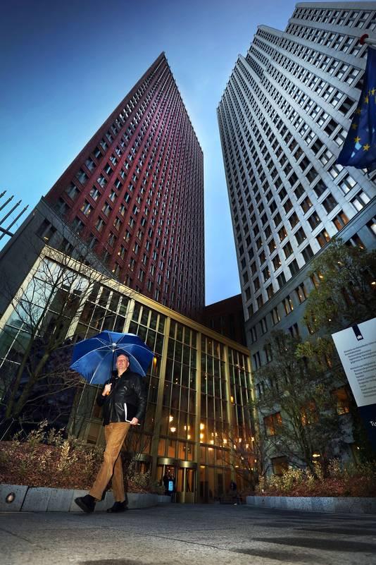 Op de 35ste etage van het Ministerie van Justitie en Veiligheid, aan de Turfmarkt in den Haag, heerste jarenlang een cultuur van beïnvloeding, zeggen klokkenluiders.