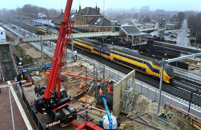 Er wordt hard gewerkt aan de tunnel op station Geldermalsen