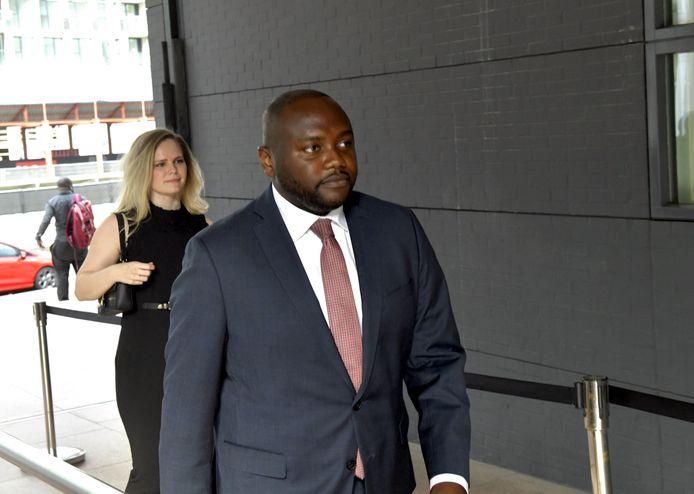 Het Eindhovense raadslid Mpanzu Bamenga komt aan bij de Rechtbank in Den Haag waar hij samen met onder andere Amnesty International eiste dat de marechaussee zijn werkwijze aanpast.